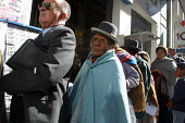 Local and indigenous people queue for their turn in front of a bank, in the citys center, La Paz, Bolivia, August 2004 - Boris Heger - 2000s,2006,americas,Amerindian,Amerindians,bank,banking,banks,bolivia,Bolivian,bolivians,Bowler Hat,cities,city,EBF Economy finance,EQUALITY,excluded,exclusion,FEMALE,HARDSHIP,hats,impoverished,impove