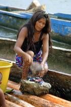 Embera woman washing clothes, Embera indigenous village of Matugandi, Darien region, Panama, August 2004. This region is very remote. - Boris Heger - 25-08-2006