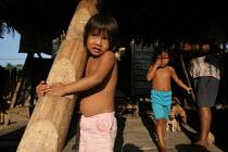 Colombian refugee play in their hut, El Real, Darien region, Panama, January 2006. This region is very remote. - Boris Heger - 30-08-2006