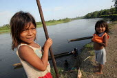 Colombian refugee girls next to the Rio Tuira, El Real, Darien region, Panama, January 2006. This region is very remote. - Boris Heger - 30-08-2006