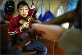 Children at the Saturday morning Fosbrook Folk Education Trust sessions at Banks Lane Junior School in Stockport, playing the violin, Greater Manchester. - Christopher Thomond - 19-02-2005