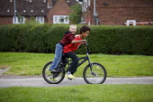 Children playing in the street in Northern Moor Manchester - Christopher Thomond - 21-08-2009
