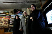 The wife and daughters of Hassan Jumaa Awad, head of Basras oil workers union. - David Bacon - 26-05-2005