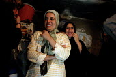 The two daughters of Hassan Jumaa Awad, head of Basras oil workers union. - David Bacon - 26-05-2005
