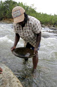 Panning for gold the Cauca river. Afro-Colombian and indigenous Columbians who live in a community threatened by large scale development projects Colombia - David Bacon - 25-10-2006
