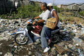 Afro-Colombian families displaced by development projects and Colombian paramilitary and military groups who protect the projects, have created a squatter community, the Brisas de los Angeles barrio,... - David Bacon - 27-10-2006