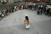 California, USA Hungry people receive food at a food pantry run by volunteers from Project Help, parking lot of a laundromat, East Oakland - David Bacon - 16-08-2005