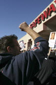 Safeway strikers from southern California demonstrate against a Safeway store, because Safeway owns two of the struck chains, and demands that workers pay a large part of their wages for health care. - David Bacon - 22-11-2003