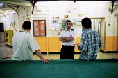 Inmates and staff of Kingston Prison, Portsmouth. A prison officer talks to inmates. - David Mansell - 16-01-2001