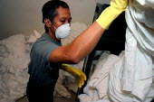 Laundry worker at the Beverly Hilton Hotel, one of the most luxurious in the US - David Bacon - 24-11-2006