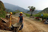 A worker in a crew repairing the road to Toribio. Colombia - David Bacon - 26-10-2006