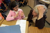 A classroom aide helps a student in a math lesson in Janesville, CA. - David Bacon - 25-04-2006