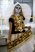 A woman dressed as a skeleton, on the Day of the Dead. - David Bacon - 30-10-2008