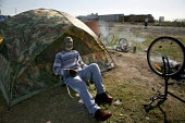 A disabled man living in a homeless camp beside the railroad tracks. Hundreds of people live in tents, under makeshift shelters, or simply sleep on the ground in this community, which has grown in the... - David Bacon - 19-03-2009