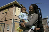 Mother and children family evicted from their Oakland house after First Franklin Mortgage Services, owned by Merrill Lynch and Bank of America, foreclosed on the home. Community activists in the Home... - David Bacon - 20-07-2009