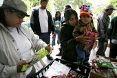 Day laborers bag and distribute donated food parcels to workers who don't have enough to eat, Graton Day Labor Center, Sonoma County, California, Most are migrants from Oaxaca and other states in sout... - David Bacon - 21-07-2009
