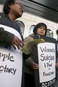 Chinese immigrants in San Francisco protest at the long hours and bad conditions at the Foxconn factory in China where the Apple iPad is manufactured. They protested infront of the Apple flagship stor... - David Bacon - 17-06-2010