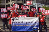 CWA trades union members from AT&T protest outside the shareholders meeting of Wells Fargo Bank. - David Bacon - 24-04-2012