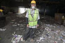 California: Worker at a recycling and sorting facilities, California Waste Solutions, San Leandro. - David Bacon - 30-07-2013