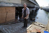 California: Jeremy and Kelly live under a bridge by the estuary, at the edge of the bay. - David Bacon - 07-07-2014