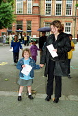 Going Home time at the end of the school day North London Primary school. - Duncan Phillips - 30-01-2002
