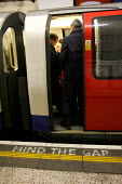 Mind the gap. Commuters travelling on the london Underground - Duncan Phillips - 14-12-2004