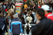 Shoppers throng the streets, Bull Ring shopping centre Birmingham - Duncan Phillips - 23-12-2004