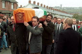 Sinn Fein Pres Gerry Adams helps carry the coffin of IRA Volunteer Tomas Beagley killed when his own bomb exploded at Frisels Fish Shop on the Shankill Road. Oct 1993. Nine Protestant civillians dies... - Oistin - 1990s,1993,belfast,bomb,BOMBS,casket,cities,city,coffin,conflict,conflicts,dead,death,DEATHS,died,explosion,EXPLOSIONS,Fish,FISHES,flag,flags,funeral,FUNERALS,IRA,irish,mortality,Northern Ireland,para