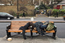 Homeless man sleeps on the Embankment in London. - Geoff Crawford - 27-01-2006