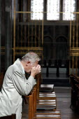 A man prays in Westmister Cathedral - Geoff Crawford - 09-09-2003