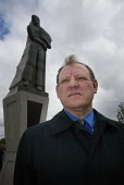 UCATT gen sec George Brumwell at the unveiling of a statue of a construction worker in Liverpool, in memory of people killed at work.. Worker's Memorial Day 2002. - Paul Herrmann - 28-04-2002
