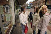 Three teenage girls chatting in the street, Leeds, Yorkshire - Paul Herrmann - 12-04-2005