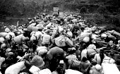 Rwandan refugees crowd onto Ruzizi bridge 1994, waiting to cross border into Zaire-Congo - Howard Davies - 03-05-1994