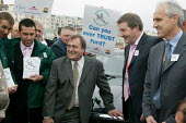 John Prescott MP Derek Simpson Amicus, Tony Woodley TGWU, Kevin Curran GMB and workers from Jaguar Cars y Labour Party Conference 2004 - John Harris - 27-09-2004