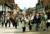 Tourists walking down a pedestrianised street to Shakespeare's birthplace. Stratford on Avon. - John Harris - 16-09-2000