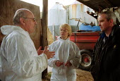 Maff Vet and Animal Health Officer talking to a worried farmer, visiting a farm to carry out an inspection, checking for symptoms of foot and mouth disease in an at risk area. - John Harris - 28-03-2001