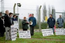 Campaigners against deportation and detention of refugees protest outside Yarls Wood Detention Centre. Bedfordshire - John Harris - 2000s,2002,activist,activists,against,Asylum Seeker,Asylum Seekers,Asylum Seeker,Asylum Seekers,Barbed Wire,CAMPAIGN,campaigner,Campaigners,CAMPAIGNING,CAMPAIGNS,center,centre,DEMONSTRATING,DEMONSTRAT