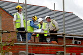Construction workers building new houses on a brownfield site. Warwickshire. - John Harris - 22-04-2004