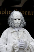 A living statue of William Shakespeare entertaining tourists outside the public library. Stratford upon avon - John Harris - 2010s,2013,ACE,act,acting,actor,actors,art,arts,artwork,artworks,as,bard,culture,holiday,holiday maker,holiday makers,holidaymaker,holidaymakers,holidays,human,living,manikin,manikins,mannequin,manneq