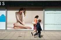 Mother and child walking through a shopping precinct, Stratford Upon Avon. - John Harris - 30-05-2015