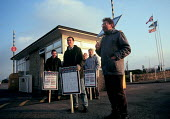 Smith Industries pickets at dawn on indefinite strike for a 35 hour week as part of the CCSU campaign to reduce the hours worked in industry. Cheltenham - John Harris - 17-11-1989