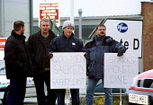 250 sacked Pfizer electricians picket the gates of the construction site in Sandwich Kent. Sacked by contractor Balfour Kilpatrick after unofficial strike action by AEEU and EPIU members in a dispute... - Jess Hurd - 13-04-2000