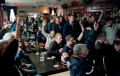 250 sacked Pfizer electricians voting at a mass meeting in a pub near the construction site, Sandwich Kent. Sacked by contractor Balfour Kilpatrick after unofficial strike action by AEEU and EPIU memb... - Jess Hurd - 13-04-2000
