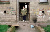 Local housing campaigner on rundown tenement housing estate, Possil. Council flats boarded up but most still occupied. Glasgow housing stock due to transfer to private housing company. - Jess Hurd - 18-09-1999