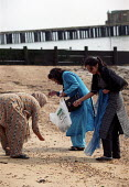Asian family collect seashells on holiday day trip, Southend -on-Sea. - Jess Hurd - 28-09-2001