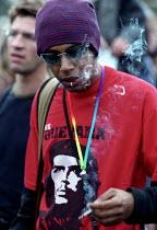 Smoking a spliff, Legalise Cannabis demonstration, Hyde Park - Jess Hurd - 2000s,2001,a,activist,activists,BAME,BAMEs,black,BME,bmes,CAMPAIGN,campaigner,campaigners,CAMPAIGNING,CAMPAIGNS,Cannabis,Che,CIGARETTE,cigarettes,CLJ crime law and justice,DEMONSTRATING,demonstration,