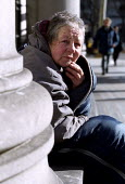 Elderly homeless woman sits in her sleeping bag on a cold winter morning, LSE, London. - Jess Hurd - 14-02-2002