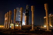 Firdos Square before curfew. Baghdad, Iraq. - Jess Hurd - 07-10-2003