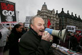 George Galloway MP joins Anti War protesters on the day of the Hutton Enquiry report was published investigating the death of civil servant David Kelly. Parliament Square, Westminster, London - Jess Hurd - 2000s,2004,activist,activists,Anti War,Antiwar,CAMPAIGN,campaigner,campaigners,CAMPAIGNING,CAMPAIGNS,death,DEATHS,DEMONSTRATING,demonstration,DEMONSTRATIONS,died,investigating,London,mortality,pacifis