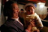 Chinese family, Grandmother with her grandaughter. Old Town, Shanghai, China. - Jess Hurd - 26-10-2003